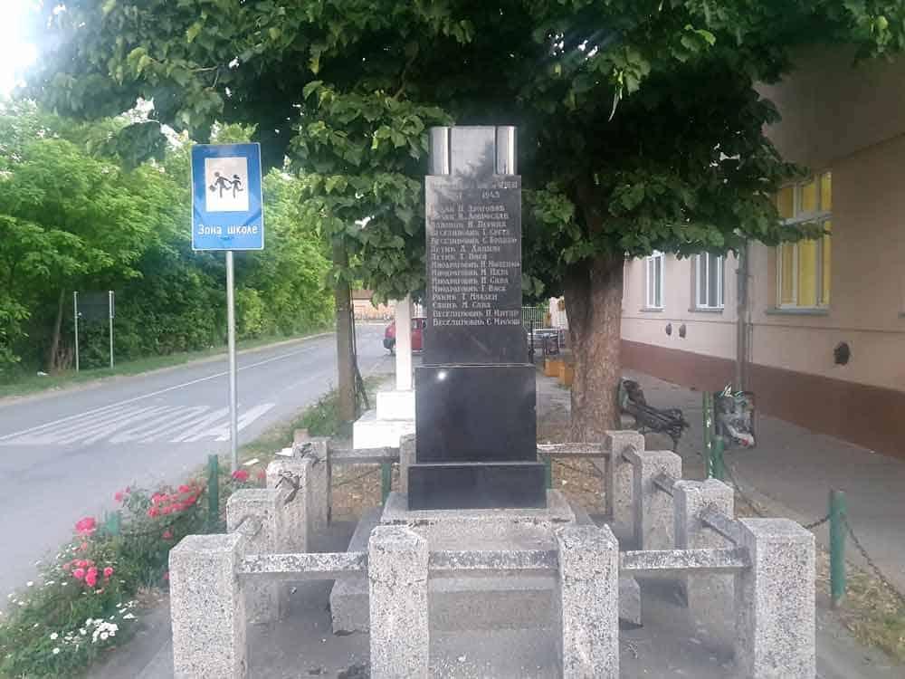 POGINULIMA U NOB: Spomenik u centru Čeneja