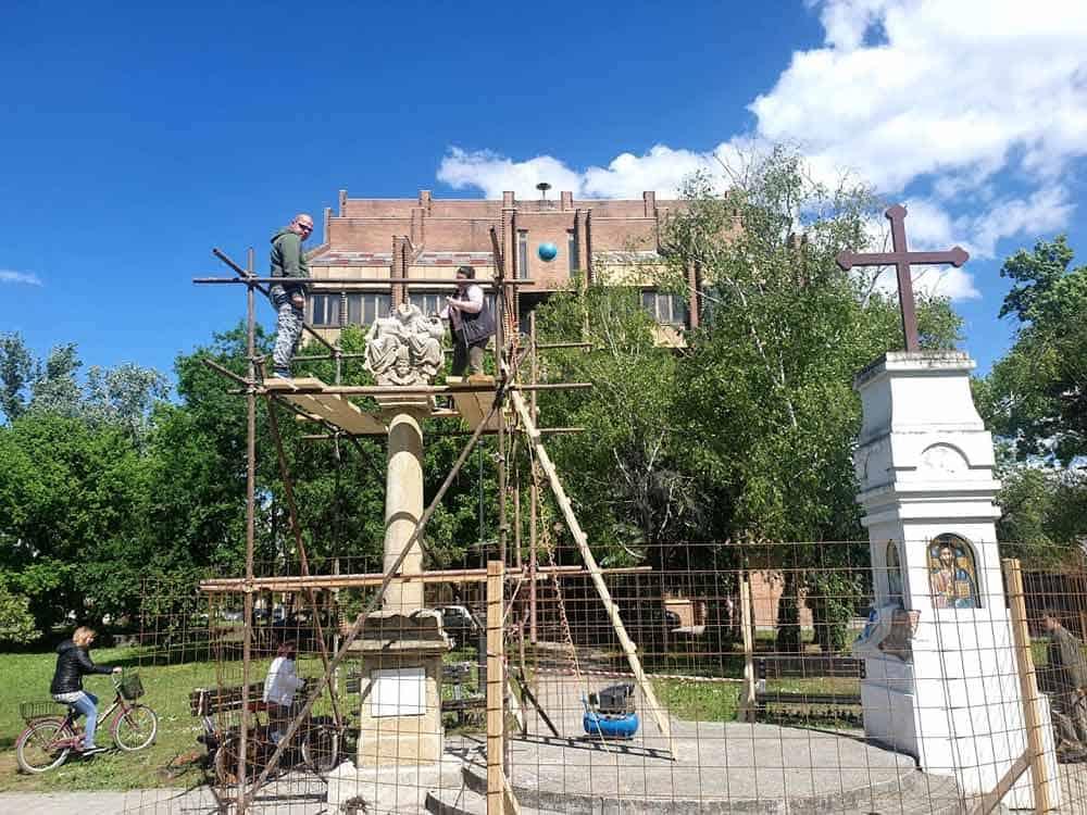 BOGATSTVO RAZLIČITOSTI: Katoličko Sveto Trojstvo i pravoslavni Sveti krst ispred modernističke zgrade banke