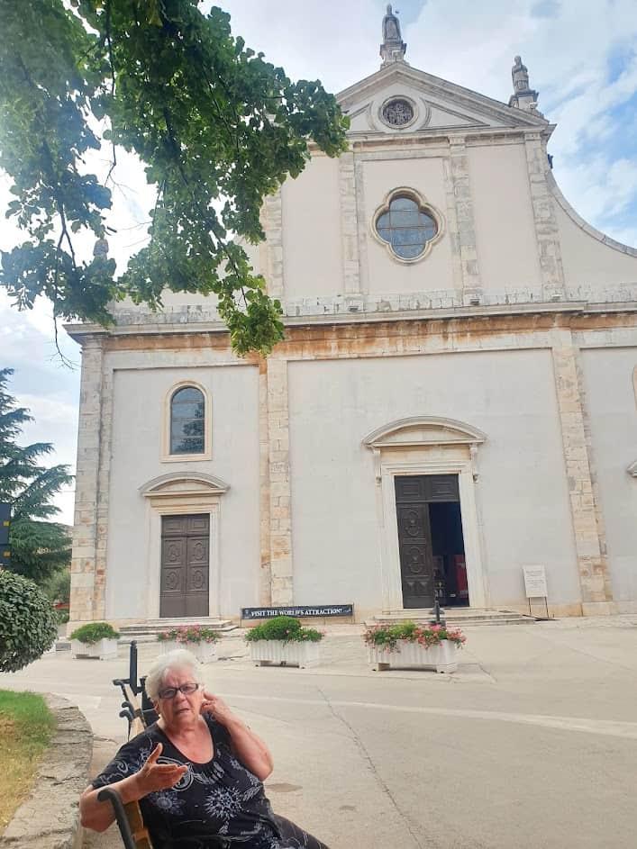 ŽIVA SEĆANJA: Italijanka rođena 1942. ispred crkve u Vodnjanu