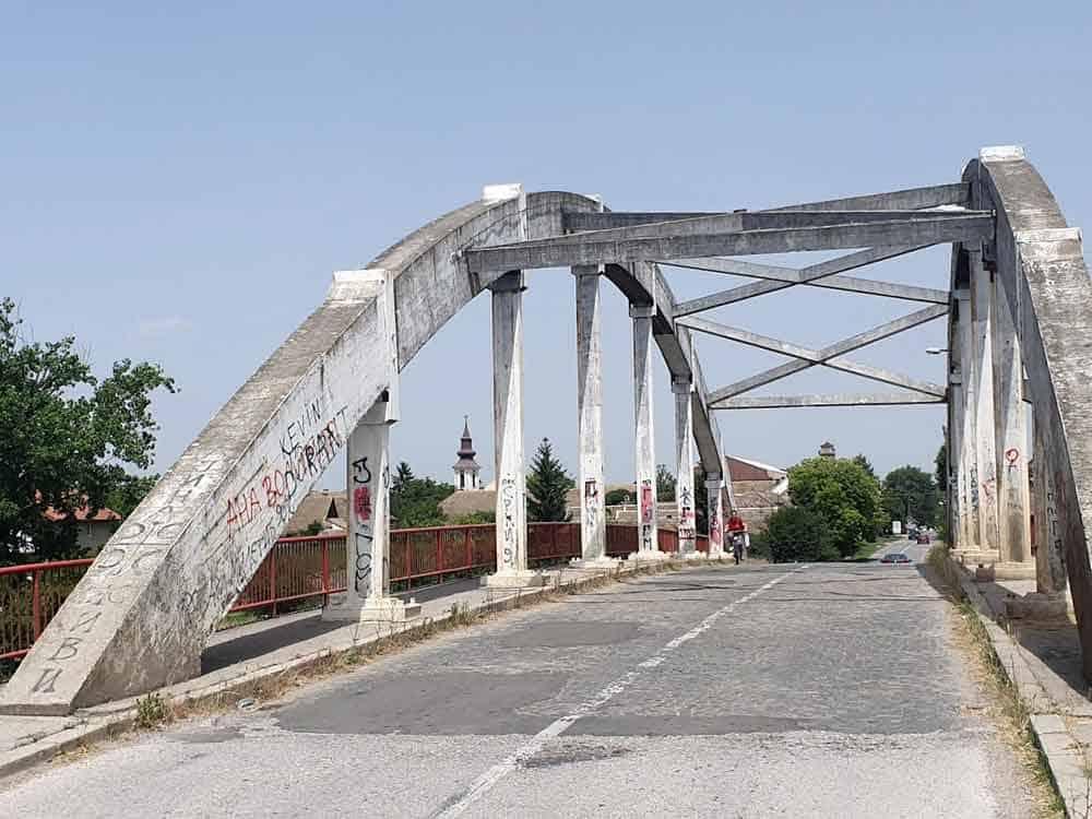 TRI TORNJA: Most na ulazu u Srpski Miletić