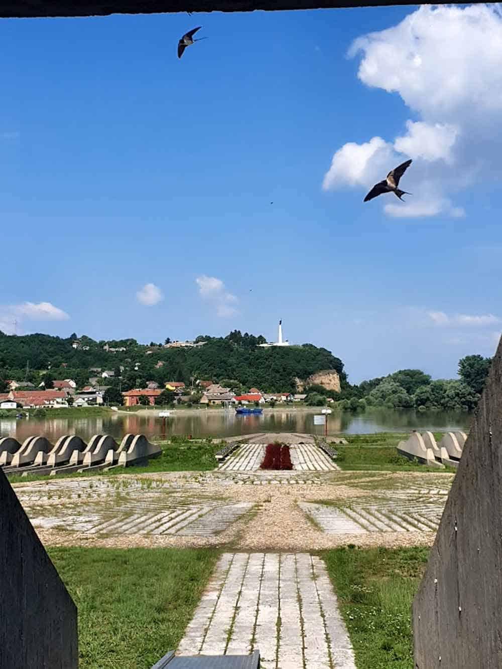 OBNOVLJEN 2017: Pogled iz Muzeja Batinske bitke na spomenik na drugoj strani Dunava