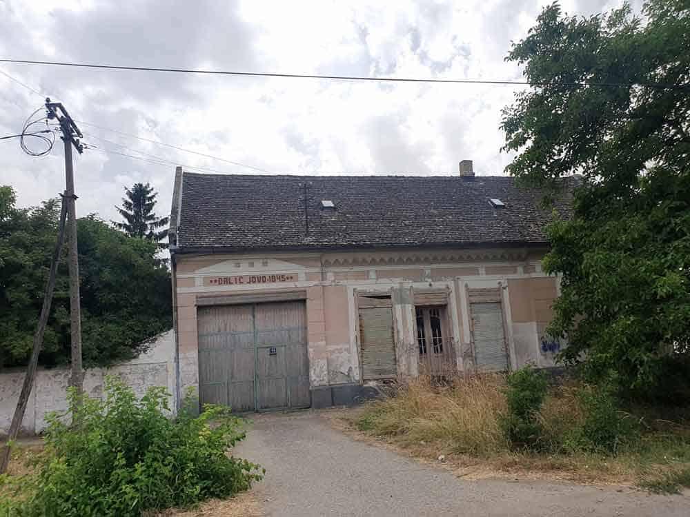 NAPUŠTENA: Nemačka kuća u Bačkom Brestovcu na koju je 1945. novi vlasnik napisao svoje ime
