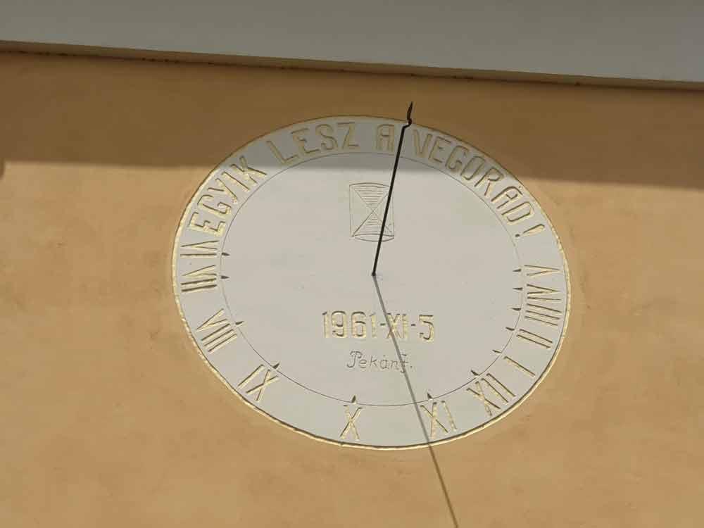 """""""JEDAN OD OVIH TI JE POSLEDNJI"""": Peščani sat na crkvi u Bogojevu"""