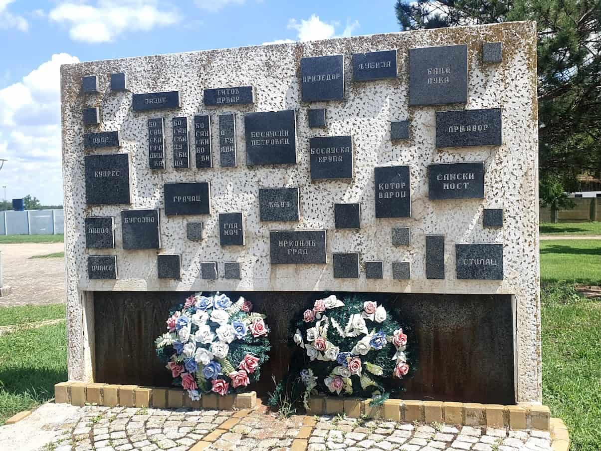 PODSETNIK: Spomenik u Novim Kozarcima sa nazivima mesta iz kojih su kolonisti došli