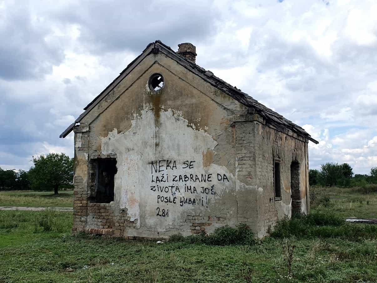 ROMANTIKA GDE JOJ SE NIKO NE NADA: Kuća na ulazu u groblje u Radojevu