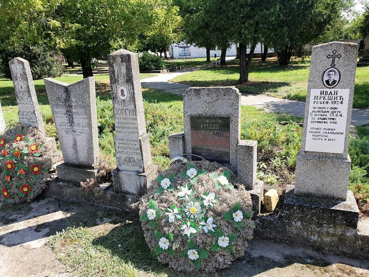 POGINULI NA DAN OSLOBOĐENJA MESTA: Spomenici u centru Srpske Crnje