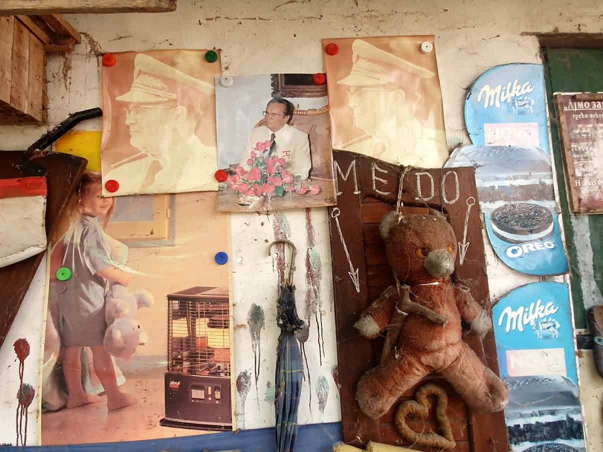 "TITO I PLIŠANE MEDE: Lični ""muzej"" nostalgije za Jugoslavijom i detinjstvom svoje četiri ćerke"
