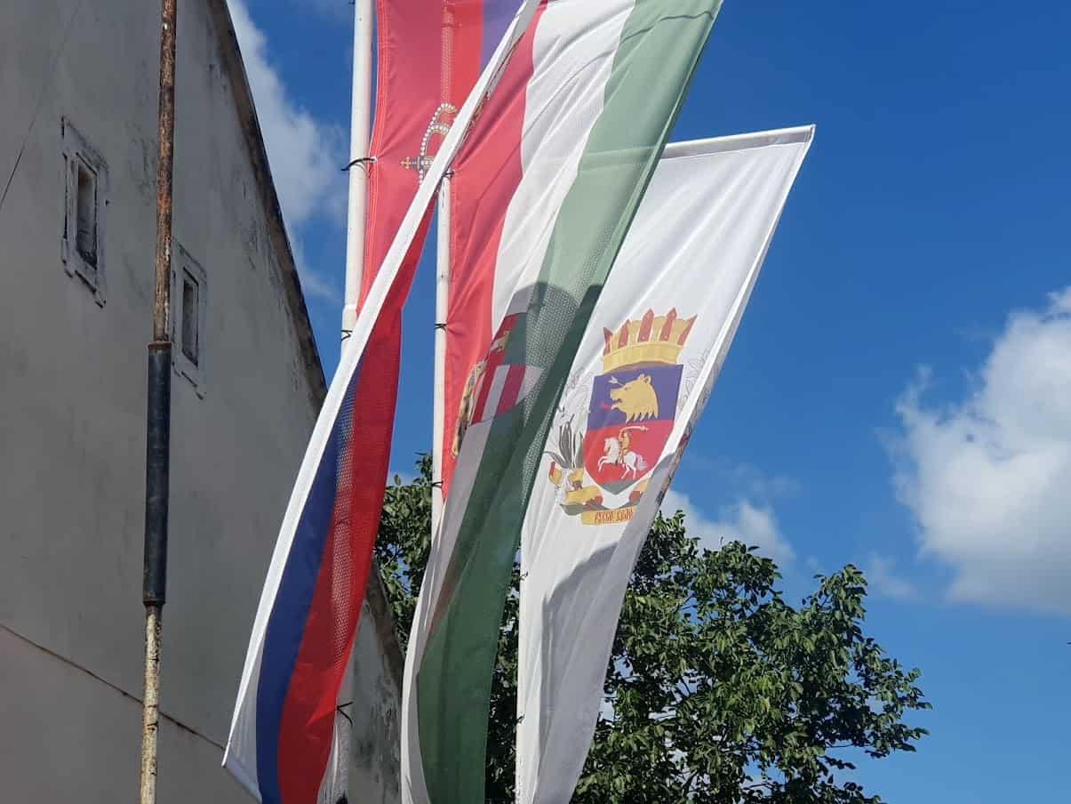 MULTIKULTURALNOST: Zastave Srbija, Mađarske i Ruskog Sela